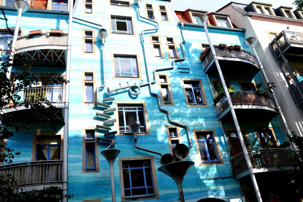 Zpívající dům na Nádvoří elementů v umělecké pasáži Kunsthoff.
