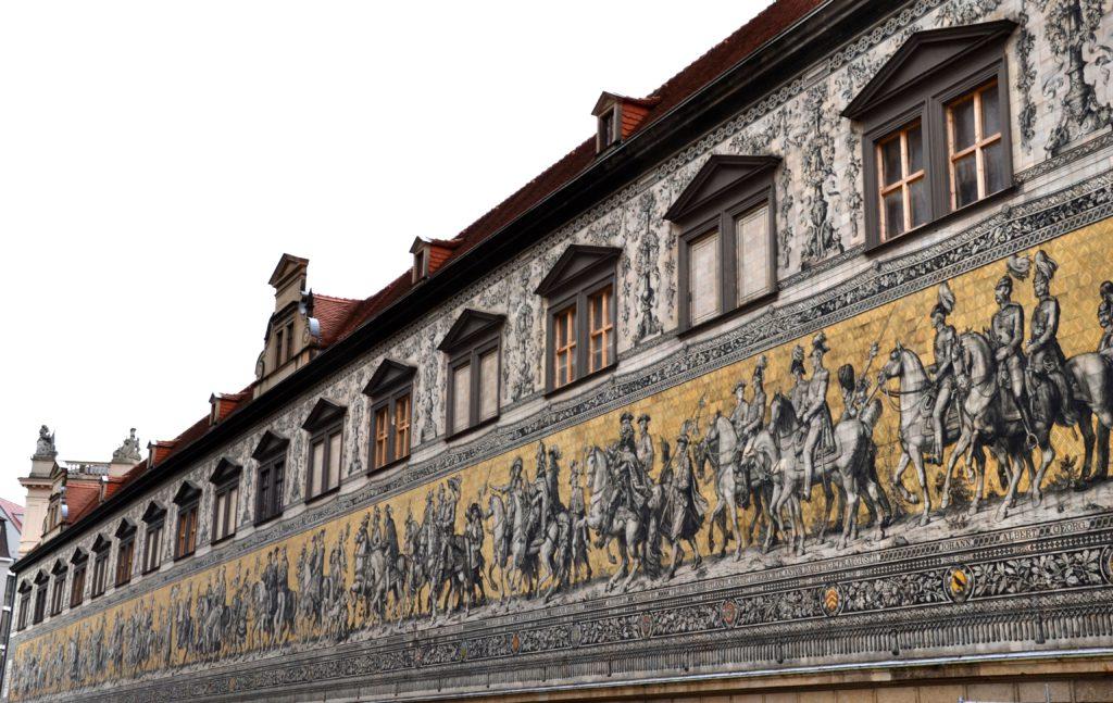 Procesí princů (Fürstenzug) je největší porcelánový výtvor na světě.